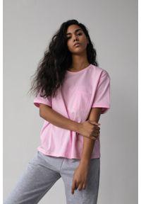 Marsala - T-shirt damski w kolorze jasnorożowym z kieszonką SPLIT BARBIE PINK BY MARSALA. Materiał: jeans, bawełna. Długość rękawa: krótki rękaw. Długość: krótkie