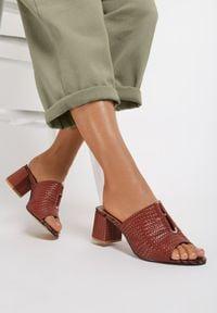 Renee - Brązowe Klapki Corraelle. Nosek buta: okrągły. Kolor: brązowy. Materiał: skóra. Wzór: aplikacja. Obcas: na obcasie. Wysokość obcasa: średni