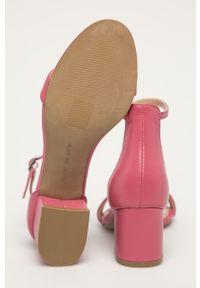 Różowe sandały Steve Madden na klamry, na obcasie