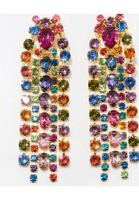 CAROLINE SVEDBOM - Kolczyki z kolorowymi kryształami Penelope. Materiał: złote. Kolor: złoty. Wzór: kolorowy. Kamień szlachetny: kryształ