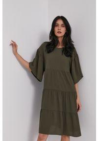 Sisley - Sukienka. Kolor: zielony. Materiał: materiał. Długość rękawa: krótki rękaw. Typ sukienki: rozkloszowane
