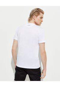 Les Hommes - LES HOMMES - Biały t-shirt z kontrastowym nadrukiem. Okazja: na co dzień. Kolor: biały. Materiał: jeans, materiał, bawełna. Wzór: nadruk. Styl: klasyczny, casual