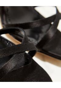 MANOLO BLAHNIK - Czarne sandały na szpilce Gueypla. Zapięcie: pasek. Kolor: czarny. Materiał: materiał. Wzór: paski. Obcas: na szpilce