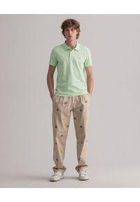 GANT - Jasnozielona koszulka polo. Okazja: na co dzień. Typ kołnierza: polo. Kolor: zielony. Materiał: bawełna, prążkowany. Wzór: aplikacja. Sezon: wiosna. Styl: sportowy, klasyczny, elegancki, casual