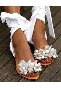 ELINA LINARDAKI - Sandały z wiązaniem Gloria. Zapięcie: pasek. Kolor: biały. Materiał: jedwab. Wzór: aplikacja. Styl: elegancki