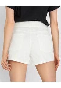 Pinko - PINKO - Białe szorty z klamrą Brooklyn. Kolor: biały. Materiał: bawełna. Sezon: lato, wiosna. Styl: glamour