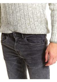 TOP SECRET - Spodnie denim o klasycznym opraniu regular. Okazja: na co dzień, do pracy. Kolor: szary. Materiał: denim. Długość: długie. Sezon: zima. Styl: klasyczny