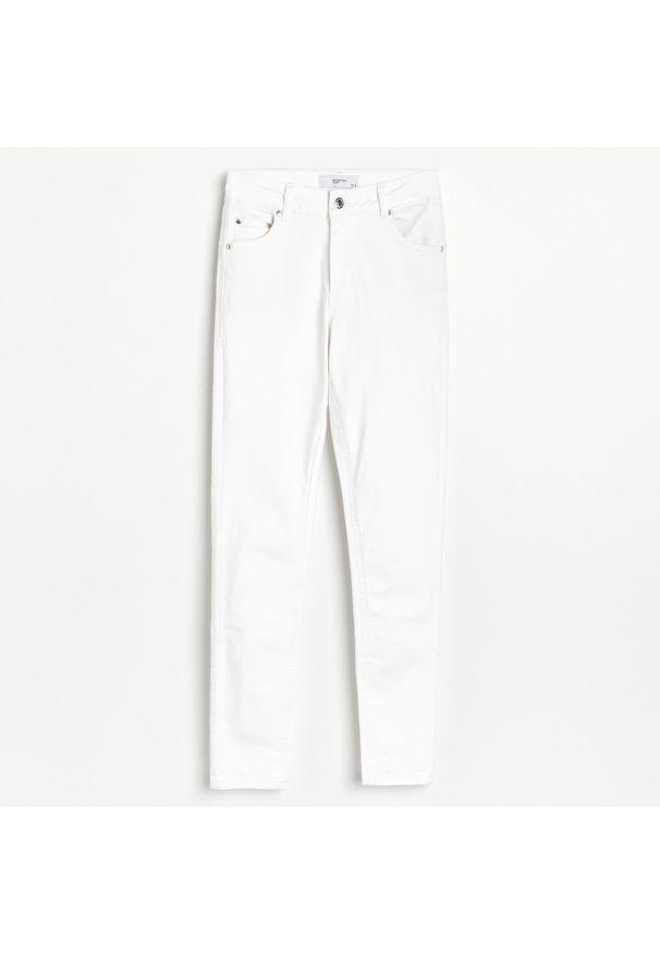Białe jeansy Reserved