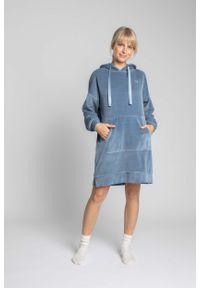 MOE - Welurowa Sukienka w Sportowym Wydaniu - Niebieska. Kolor: niebieski. Materiał: welur