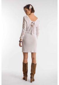 Nommo - Ecru Marszczona Sukienka z Koronką z Dekoltem na Plecach. Materiał: koronka. Wzór: koronka