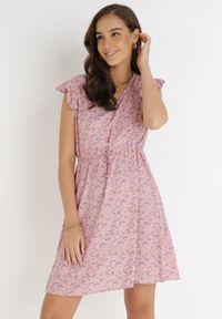 Born2be - Różowa Sukienka Rilolda. Typ kołnierza: kołnierz z falbankami. Kolor: różowy. Materiał: tkanina. Wzór: kwiaty, aplikacja. Styl: klasyczny. Długość: mini