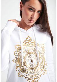 Versace Jeans Couture - BLUZA VERSACE JEANS COUTURE. Okazja: na co dzień. Typ kołnierza: kaptur. Materiał: materiał. Długość rękawa: długi rękaw. Długość: długie. Wzór: nadruk. Styl: casual