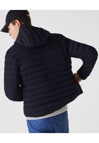 Lacoste - LACOSTE - Granatowa kurtka puchowa z logo. Kolor: niebieski. Materiał: puch. Wzór: haft. Styl: sportowy