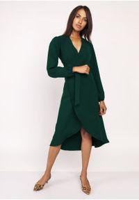 e-margeritka - Sukienka z przedłużanym tyłem butelkowa zieleń - 42. Materiał: tkanina, materiał, poliester. Wzór: motyw zwierzęcy, kolorowy. Typ sukienki: asymetryczne, kopertowe. Styl: klasyczny, elegancki. Długość: midi