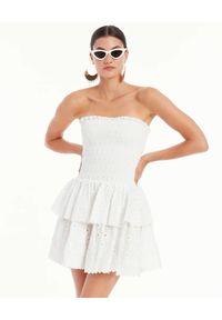 CAROLINE CONSTAS - Sukienka z odkrytymi ramionami Ensley. Kolor: biały. Materiał: bawełna. Wzór: kwiaty, haft, aplikacja. Typ sukienki: z odkrytymi ramionami. Długość: mini