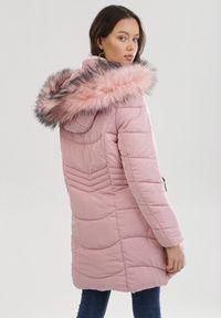 Born2be - Różowa Kurtka Ilileth. Kolor: różowy. Materiał: futro. Długość: długie. Styl: klasyczny