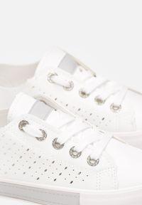 Born2be - Biało-Szare Trampki Kyguna. Wysokość cholewki: przed kostkę. Nosek buta: okrągły. Kolor: biały. Szerokość cholewki: normalna. Wzór: aplikacja, geometria, kolorowy. Obcas: na płaskiej podeszwie. Styl: elegancki