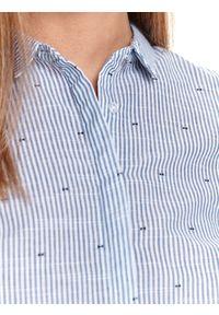 TOP SECRET - Bawełniana koszula z nadrukiem. Okazja: na co dzień. Kolor: biały. Materiał: bawełna. Wzór: nadruk. Sezon: wiosna. Styl: klasyczny, elegancki, casual