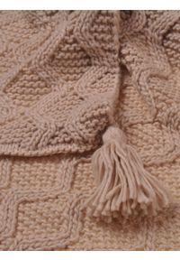 Beżowy szalik TOP SECRET elegancki, na zimę, w kolorowe wzory