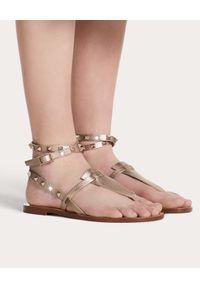VALENTINO - Złote skórzane sandały Rockstud. Zapięcie: pasek. Kolor: złoty. Materiał: skóra. Wzór: aplikacja, paski. Styl: elegancki