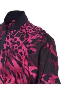 REDEMPTION ATHLETIX - Krótka kurtka z bufiastymi rękawami. Okazja: na co dzień. Kolor: różowy, fioletowy, wielokolorowy. Materiał: poliester, materiał. Długość: krótkie. Wzór: motyw zwierzęcy. Styl: sportowy, casual