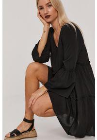Jacqueline de Yong - Sukienka. Kolor: czarny. Materiał: tkanina. Wzór: gładki. Typ sukienki: rozkloszowane