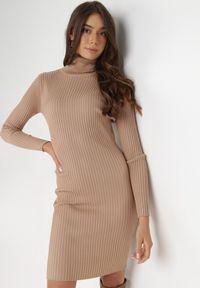 Born2be - Ciemnobeżowa Sukienka Rosea. Typ kołnierza: golf. Kolor: beżowy. Materiał: jeans, wiskoza, dzianina, prążkowany. Długość rękawa: długi rękaw. Typ sukienki: dopasowane. Długość: midi