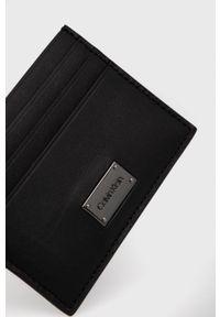 Calvin Klein - Portfel skórzany. Kolor: czarny. Materiał: włókno, materiał. Wzór: gładki