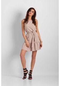 IVON - Beżowa Mini Sukienka z Falbanką. Kolor: beżowy. Materiał: poliester. Długość: mini