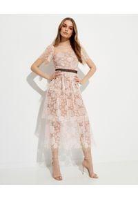 SELF PORTRAIT - Różowa sukienka midi z koronką. Typ kołnierza: dekolt kwadratowy. Kolor: wielokolorowy, fioletowy, różowy. Materiał: koronka. Wzór: koronka. Typ sukienki: rozkloszowane, dopasowane. Styl: klasyczny. Długość: midi