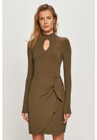 Oliwkowa sukienka Guess prosta, z długim rękawem