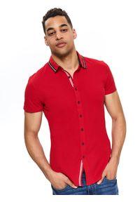 TOP SECRET - Koszula dzianinowa gładka. Okazja: na co dzień. Kolor: czerwony. Materiał: dzianina. Długość rękawa: krótki rękaw. Długość: krótkie. Wzór: gładki. Sezon: jesień, zima. Styl: casual