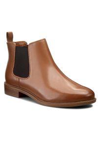 Clarks - Sztyblety CLARKS - Taylor Shine 261186314 Tan Leather. Okazja: na co dzień. Kolor: brązowy. Materiał: skóra. Szerokość cholewki: normalna. Wzór: gładki. Obcas: na obcasie. Styl: casual, klasyczny. Wysokość obcasa: średni