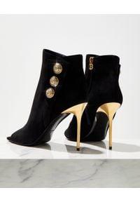 Balmain - BALMAIN - Czarne botki na szpilce. Wysokość cholewki: przed kolano. Nosek buta: otwarty. Kolor: czarny. Materiał: zamsz. Szerokość cholewki: normalna. Wzór: aplikacja. Obcas: na szpilce
