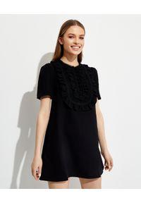 SELF PORTRAIT - Czarna sukienka mini z krepy. Kolor: czarny. Materiał: koronka. Wzór: koronka, aplikacja. Długość: mini