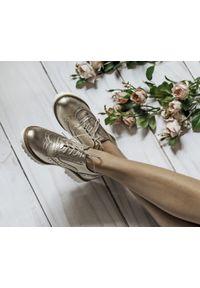 Zapato - półbuty - skóra naturalna - model 258 - kolor złoty. Nosek buta: okrągły. Zapięcie: sznurówki. Kolor: złoty. Materiał: skóra. Wzór: kolorowy. Sezon: lato. Obcas: na obcasie. Styl: elegancki, klasyczny. Wysokość obcasa: niski