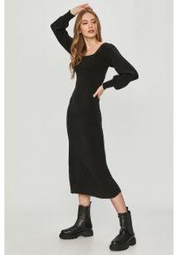 Czarna sukienka Answear Lab gładkie, z dekoltem karo