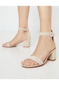 GIANVITO ROSSI - Beżowe sandały Versilia. Nosek buta: okrągły. Zapięcie: pasek. Kolor: beżowy. Materiał: zamsz. Sezon: lato. Obcas: na obcasie. Wysokość obcasa: średni