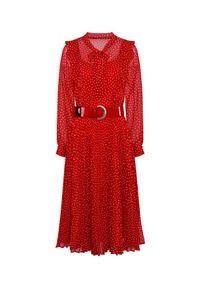 CATERINA - Czerwona sukienka midi w groszki. Typ kołnierza: kokarda, z żabotem. Kolor: czerwony. Materiał: tkanina, wiskoza. Długość rękawa: długi rękaw. Wzór: grochy. Typ sukienki: rozkloszowane. Długość: midi