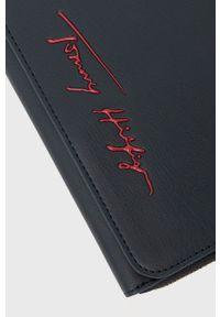 TOMMY HILFIGER - Tommy Hilfiger - Kopertówka. Kolor: niebieski. Rodzaj torebki: na ramię