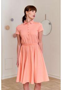Marie Zélie - Sukienka Polo różowa – z gumką. Okazja: do pracy, na co dzień. Typ kołnierza: polo. Kolor: różowy. Materiał: bawełna, dzianina, materiał. Długość rękawa: krótki rękaw. Typ sukienki: proste, sportowe. Styl: wakacyjny, sportowy, klasyczny, casual
