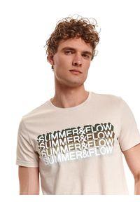 TOP SECRET - T-shirt z nadrukiem. Kolor: beżowy. Materiał: bawełna, tkanina. Długość rękawa: krótki rękaw. Długość: krótkie. Wzór: nadruk. Sezon: lato. Styl: wakacyjny, klasyczny