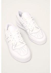 Białe sneakersy adidas Originals na sznurówki, z cholewką