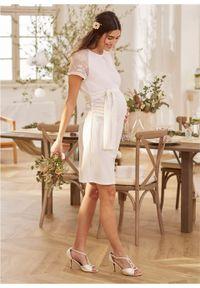 Biała sukienka bonprix w koronkowe wzory, moda ciążowa
