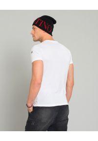 MONCLER - Biały t-shirt z logo. Okazja: na co dzień. Kolor: biały. Materiał: jeans, materiał, bawełna. Styl: sportowy, klasyczny, casual