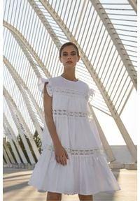 Devotion Twins - Krótka sukienka z koronkowymi wstawkami Devotion. Typ kołnierza: kołnierz z falbankami. Kolor: biały. Materiał: koronka. Wzór: koronka. Długość: mini