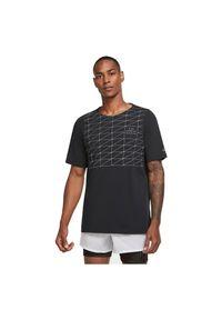 Koszulka męska do biegania Nike 365 Run Division CU7876. Materiał: bawełna, poliester. Długość rękawa: krótki rękaw. Technologia: Dri-Fit (Nike). Długość: krótkie. Wzór: nadruk. Sport: bieganie