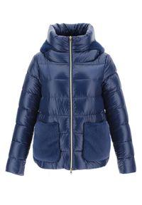 HERNO - Niebieska pikowana kurtka z wysokim kołnierzem. Kolor: niebieski. Materiał: futro, materiał