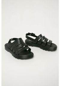 Czarne sandały melissa na platformie, na średnim obcasie