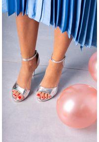 Casu - Srebrne sandały szpilki z zakrytą piętą paskiem wokół kostki casu 1590/1. Zapięcie: pasek. Kolor: srebrny. Obcas: na szpilce